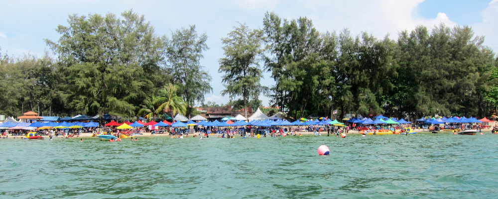 Merry Christmas! People are packed over Teluk Kemang Beach!!